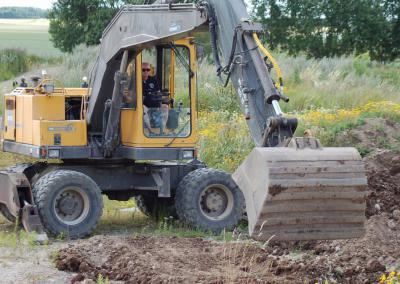 Kör grävmaskin på Torpa Gård