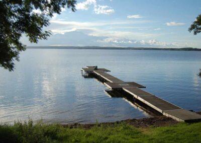 En brygga går ut i sjön Boren, det ligger en människa längst ut.