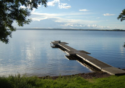 En brygga som går ut i sjön Boren. Längs ut på bryggan ligger en människa.