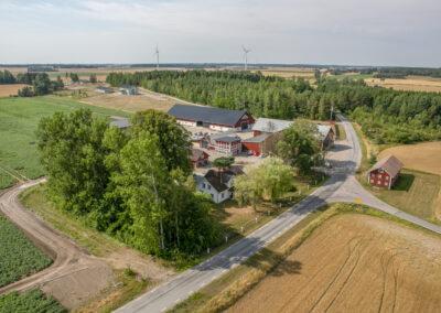 Många hus och en landsväg från ovan.