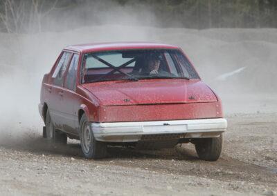 En folkracebil sladdar och gruset sprutar.