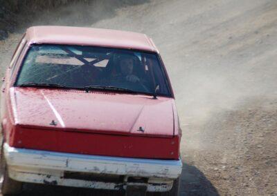 En närbild på en folkrace-bil som sladdar i en kurva.