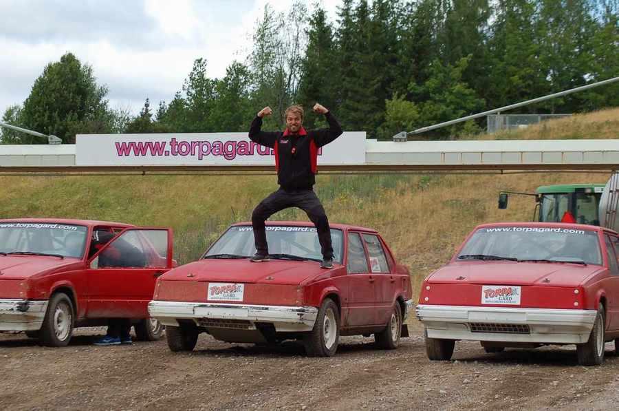 Folkracebilar med en person som hoppar från en huv